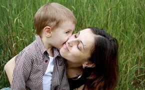 Gyermekgondozás, -nevelés